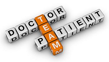 Ξύλινοι κύβοι συναρμολογημένοι με τέτοιο τρόπο που δείχνουν τη σχέση ομάδας μεταξύ γιατρού και ασθενή.