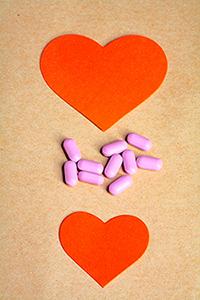 Δύο χάρτινες καρδιές και χάπια στη μέση