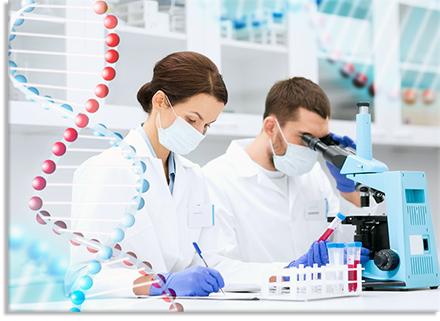 Ερευνητές στο εργαστήριο της DNALEX που διενεργούν φαρμακογονιδιωματικές αναλύσεις DNA εξατομικευμένης θεραπευτικής