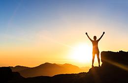 Άνθρωπος που έχει ξεπεράσει την κατάθλιψη σε όμορφη κορυφή βουνού