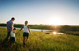 Ευτυχισμένη οικογένεια στο ηλιοβασίλεμα